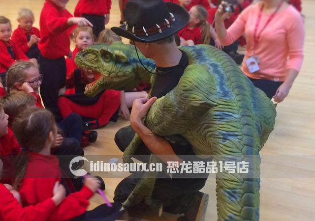 定制幼年恐龙道具-肩扛玩偶