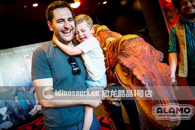 迅猛龙人偶服在阿拉莫电影院