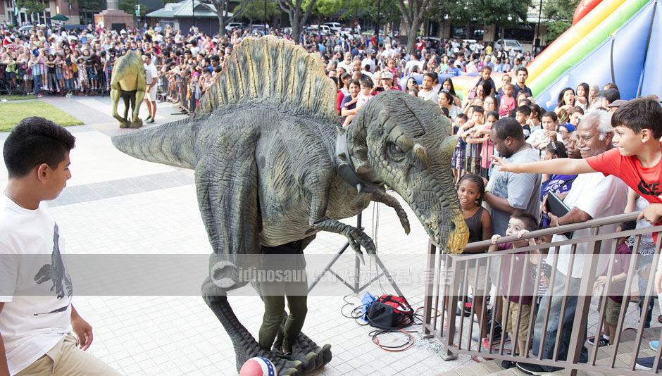 仿真恐龙演出服与观众互动
