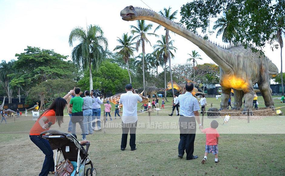 户外主题公园的巨型恐龙模型